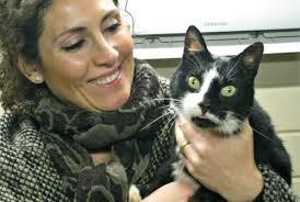 Una voluntaria alla Gattolandia con Ciro